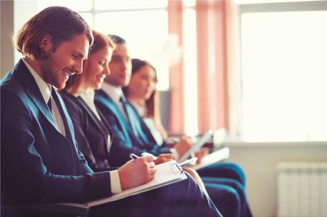Alumnos recibiendo clase de inglés in-company